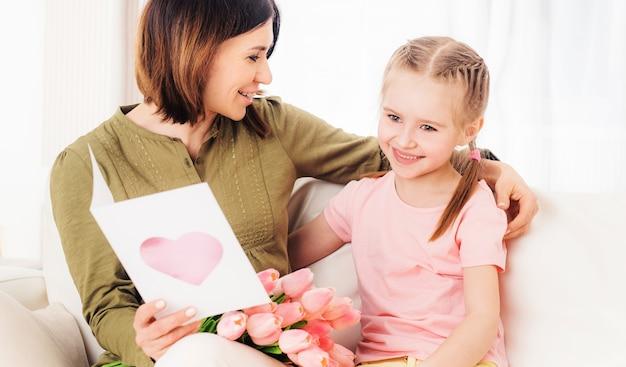 Moeder houdt ervan dochters cadeautjes te openen