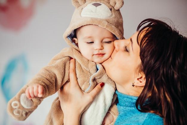 Moeder houdt haar zoontje in berenpak vast