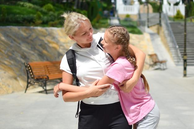 Moeder hugs tienerdochter, gelukkige familie
