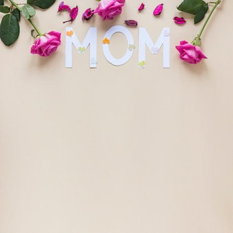 Moeder inscriptie met rozen op tafel