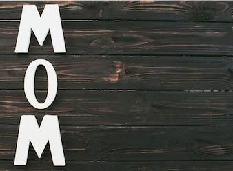Moeder inscriptie op donkere houten tafel