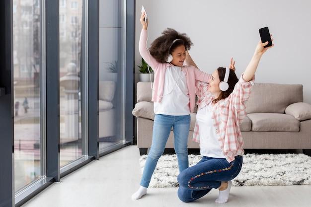 Moeder is blij om thuis te zijn met dochter
