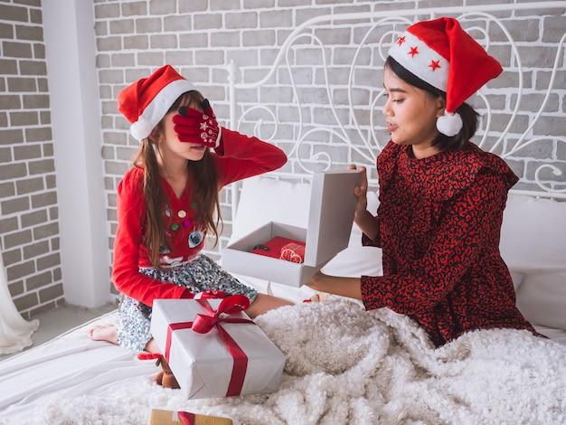 Moeder is verrast dochter door ogen te sluiten met geschenkdoos