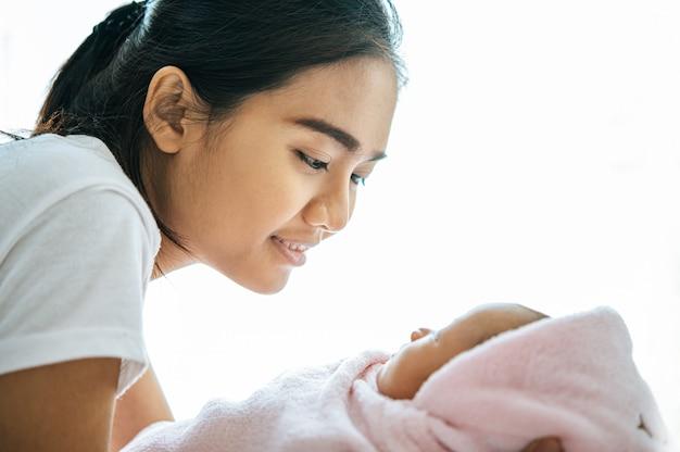 Moeder keek naar de baby die in de handen van de moeder lag