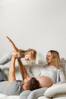 Moeder kijken vader spelen met meisje