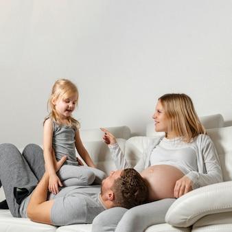 Moeder kijken vader spelen met schattig klein meisje