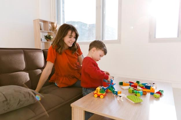 Moeder kijkt zoon tijdens het spelen