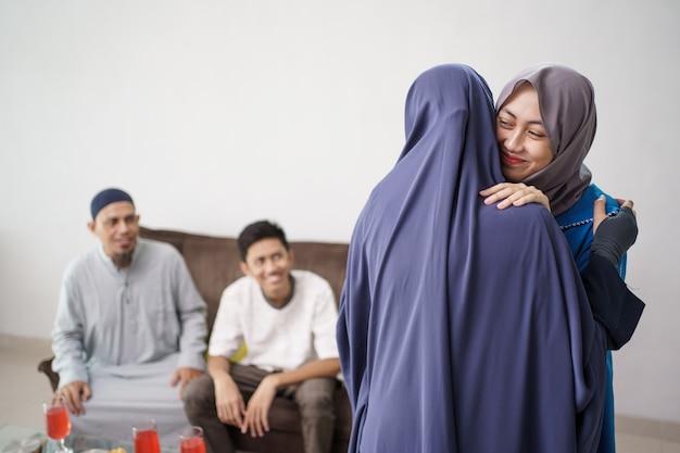 Moeder knuffel haar dochter tijdens ramadan bezoek