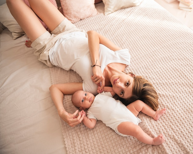 Moeder knuffelen pasgeboren baby bovenaanzicht