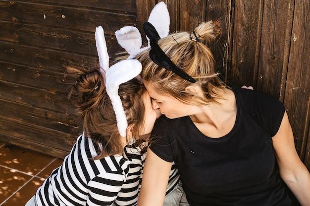 Moeder knuffelende dochters in hoofdbanden