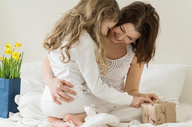 Moeder knuffelt haar dochtertje