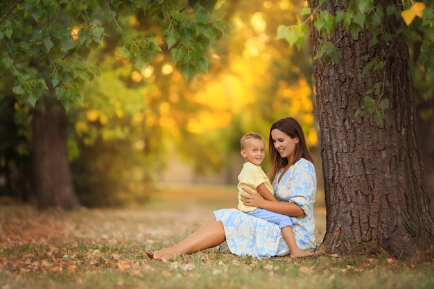 Moeder knuffelt liefdevol haar baby in het park