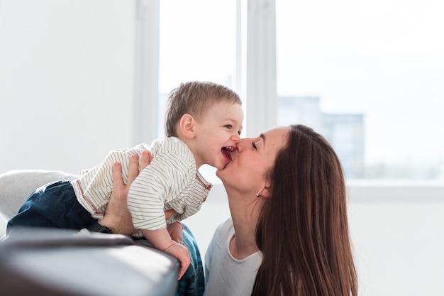 Moeder kussend kind