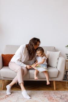 Moeder kust haar dochter in de woonkamer in het weekend