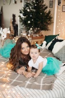 Moeder kuste haar dochter, liggend op bed