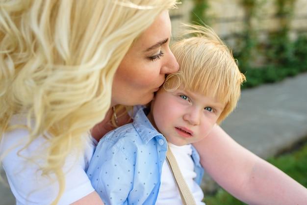 Moeder kuste haar zoon