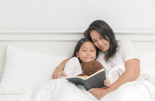 Moeder las boek met dochter