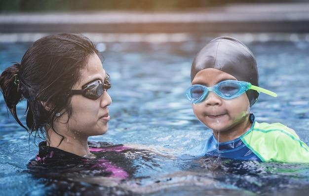 Moeder leert haar zoon om te zwemmen