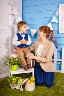Moeder leert zoon liedjes te zingen. kleine jongen zingen lied. moeder leert de baby om samen te zingen. kind beschikt over bepaalde kennisvaardigheden. vrouw en kinderen. muziekonderwijs. zang en muziekinstrument.