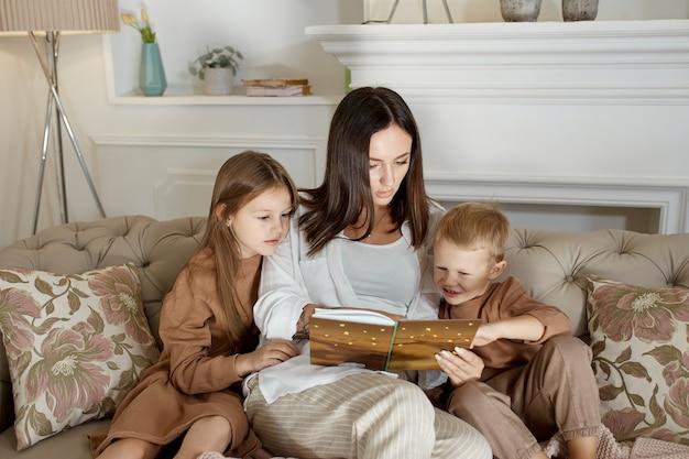 Moeder leest de kinderen een boek voor