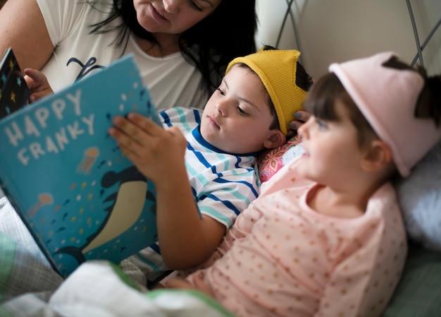 Moeder leest een verhaaltje voor het slapengaan