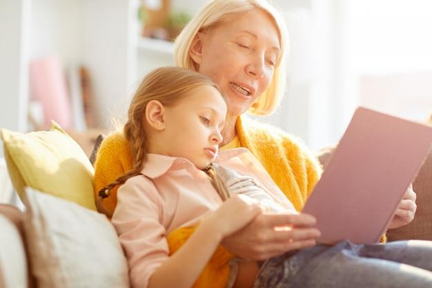 Moeder lezen van verhalen in zonlicht