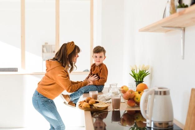 Moeder maakt haar zoon aan het lachen