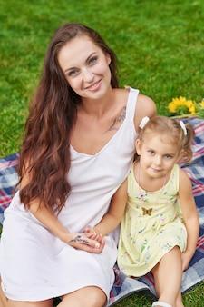 Moeder met baby dochter in het park