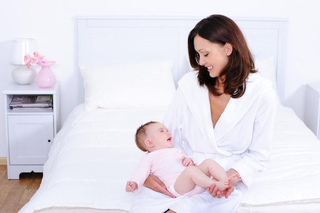 Moeder met baby in slaapkamer