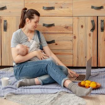 Moeder met baby thuis