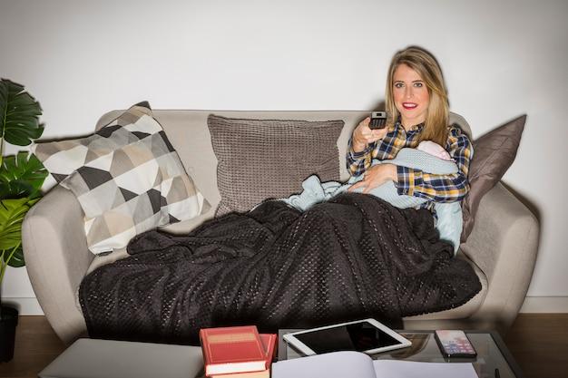 Moeder met baby tv kijken