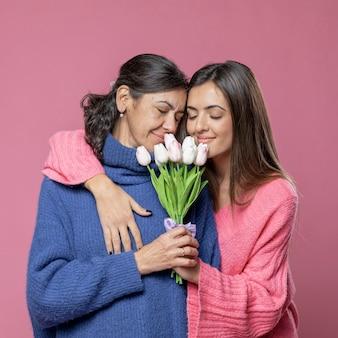 Moeder met bloemen van dochter