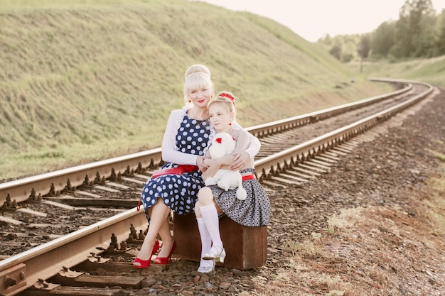 Moeder met de dochter gaan op rails