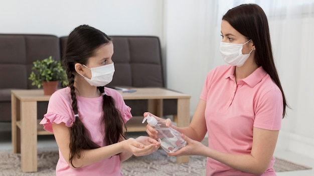Moeder met desinfecterende fles