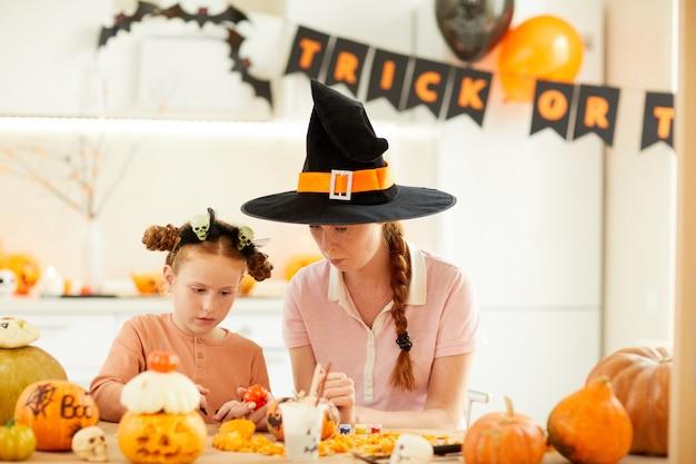 Moeder met dochter die halloween viert