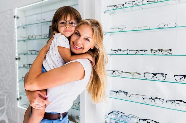 Moeder met dochter die oogglazen draagt