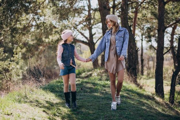 Moeder met dochter die pret in het bos hebben