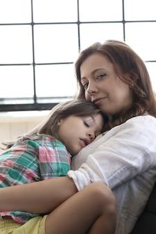 Moeder met dochter die samen omhelzen