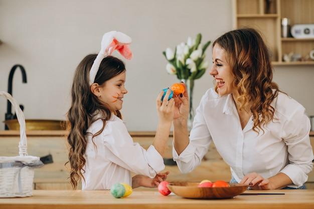 Moeder met dochter het schilderen eieren voor pasen