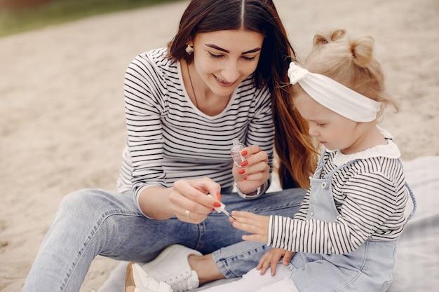Moeder met dochter het spelen in een de zomerpark