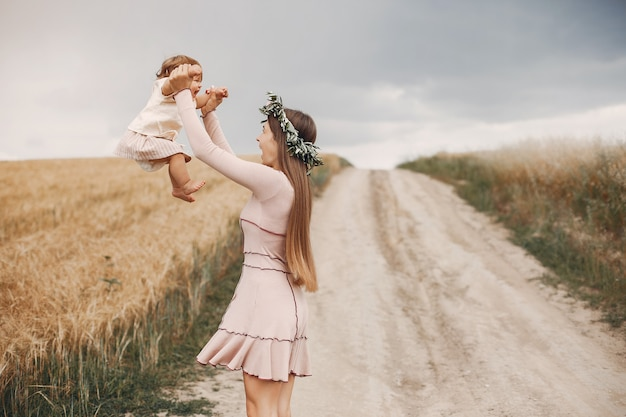 Moeder met dochter het spelen op een de zomergebied