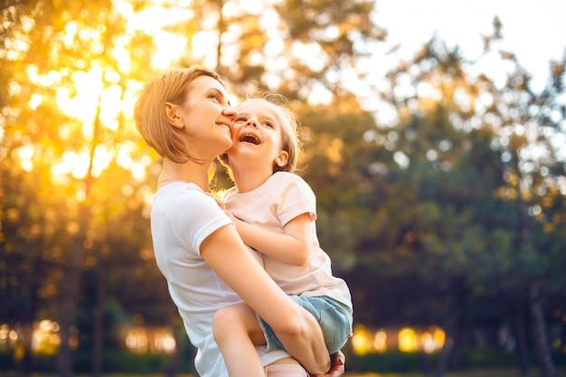 Moeder met dochter in bos