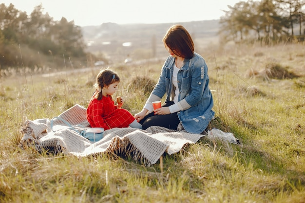 Moeder met dochter in een bos