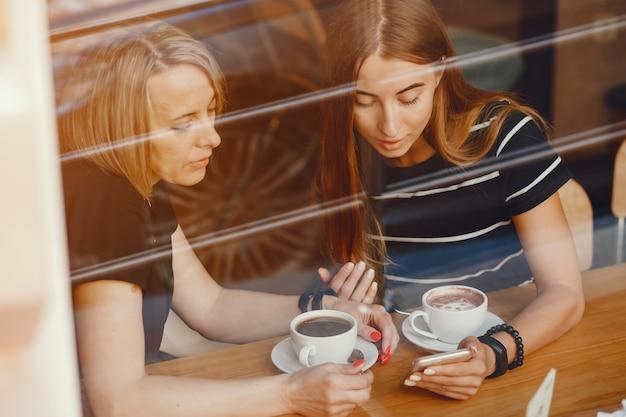 Moeder met dochter in een café