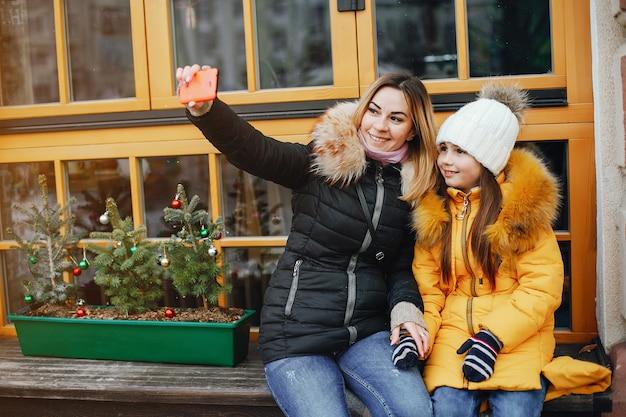 Moeder met dochter in een park