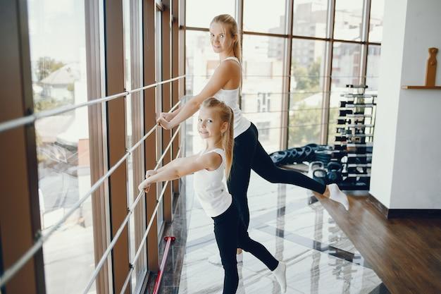 Moeder met dochter in een sportschool