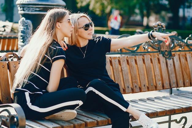 Moeder met dochter in een stad