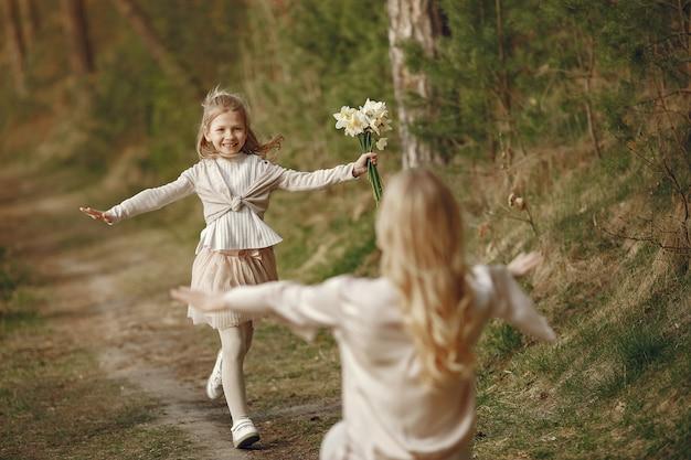 Moeder met dochter in een zomer forest