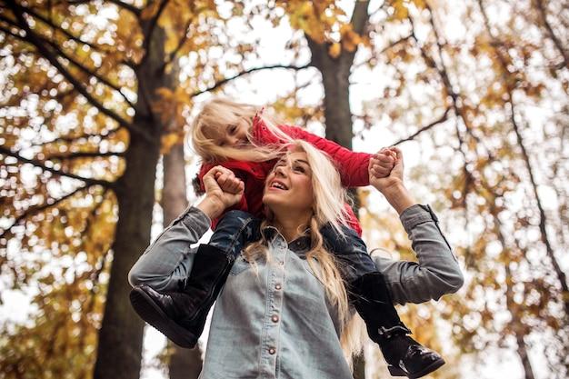 Moeder met dochter in herfstpark