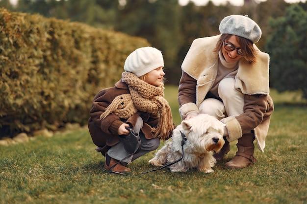 Moeder met dochter loopt met een hond